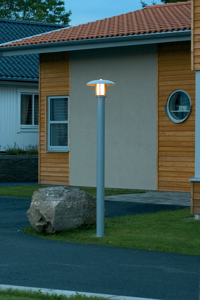 Konstsmide Mastleuchte Heimdal Standleuchte, Metallisch/weiß, Aluminium/Glas, 402-312   Lampen > Aussenlampen > Sockelleuchten